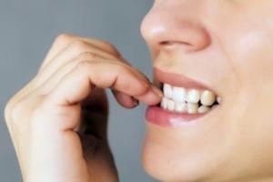 13. O persoană din fața ta îşi roade unghiile. Ce emoție/stare crezi că trăieşte persoana respectivă?