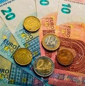 54. Monedele şi bancnotele Euro sunt emise de cǎtre: